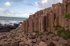 La chaussée du géant dans un beau jour d'été, Irlande du Nord photographie stock