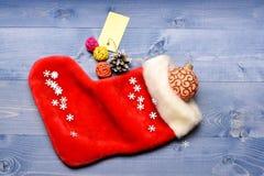 La chaussette de Noël a modifié la tonalité la vue supérieure de fond en bois Chaussette de suffisance avec des cadeaux ou des pr images stock