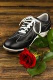 La chaussure de l'homme de couleur et s'est levée Image stock