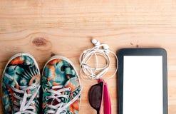 la chaussure de toile colorée, l'écouteur blanc avec des lunettes de soleil et l'étiquette Photos libres de droits