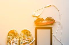 la chaussure de toile colorée, l'écouteur blanc avec des lunettes de soleil et l'étiquette Image libre de droits