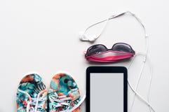 la chaussure de toile colorée, l'écouteur blanc avec des lunettes de soleil et l'étiquette Photo stock