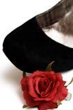 La chaussure noire d'élégance avec peu de rouge s'est levée Photo stock