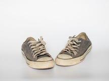 La chaussure sale sur le fond blanc d'isolat, se ferment vers le haut de la chaussure, bleu sale Photographie stock