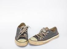 La chaussure sale sur le fond blanc d'isolat, se ferment vers le haut de la chaussure, chaussures bleues sales sur le fond blanc, Photo stock