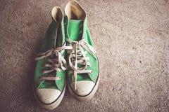La chaussure verte, espadrilles avec le filtre effectuent le rétro style de vintage Photo libre de droits