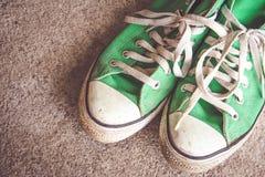 La chaussure verte, espadrilles avec le filtre effectuent le rétro style de vintage Photo stock