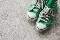 La chaussure verte, espadrilles avec le filtre effectuent le rétro style de vintage Photographie stock libre de droits