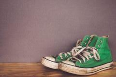 La chaussure verte, espadrilles avec le filtre effectuent le rétro style de vintage Image stock