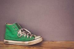 La chaussure verte, espadrilles avec le filtre effectuent le rétro style de vintage Image libre de droits