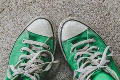 La chaussure verte, espadrilles avec le filtre effectuent le rétro style de vintage Images stock