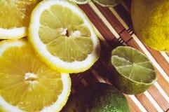 La chaux et le citron éclaboussent avec de l'eau la glace et certain de detox photo stock