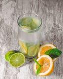 La chaux et le citron éclaboussent avec de l'eau la glace et certain de detox photo libre de droits