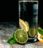 La chaux et le citron éclaboussent avec de l'eau la glace et certain de detox photos libres de droits