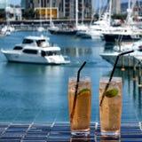 La chaux glacée boit dans des verres à boire sur la table extérieure Photos libres de droits