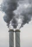 La cheminée d'évacuation des fumées sale de charbon a mis le feu l'usine de puissance Photos libres de droits