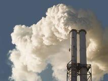 La cheminée d'évacuation des fumées sale de charbon a mis le feu l'usine de puissance Photographie stock libre de droits