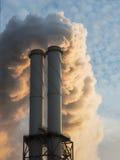 La cheminée d'évacuation des fumées sale de charbon a mis le feu l'usine de puissance Images stock