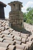 La cheminée de brique sur le toit carrelé photographie stock libre de droits