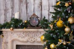 La cheminée de nouvelle année dans un intérieur Images stock