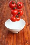 La cheminée des tomates a abaissé dans une cuvette par gravitation image stock