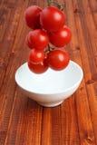 La cheminée des tomates a abaissé dans une cuvette par gravitation images stock