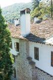 La cheminée en pierre et une pierre couvrent le monastère de Troyan de cellules, Bulgarie Photographie stock libre de droits