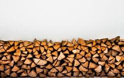 La cheminée enregistre le fond. Segment de mémoire de l'hiver Images stock