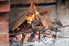 La cheminée sur la rue de la brique rouge est un feu, vous pouvez voir le bois et les branches des arbres image libre de droits