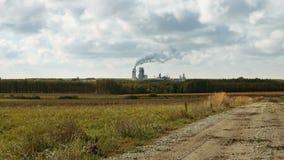 La cheminée d'évacuation des fumées et les tuyaux d'usine soufflent dans l'air clips vidéos