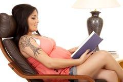 La chemise de rose de tatouage de femme reposent le côté indiqué Images stock