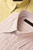 La chemise des hommes neufs images stock