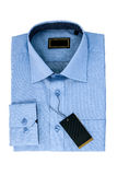 La chemise du nouvel homme bleu d'isolement sur le blanc Photographie stock libre de droits