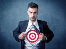 La chemise violente d'homme d'affaires avec la cible se connectent son coffre Photo stock