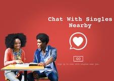 La chiacchierata con sceglie il concetto online romanzesco di amore vicino Immagine Stock