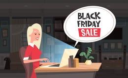 La chiacchierata di vendita di Black Friday trabocca la donna che usando la progettazione dell'insegna di sconti di festa del com Fotografia Stock