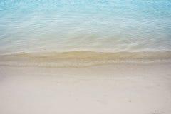 La chiara acqua blu ed addolcisce nella spiaggia tropicale immagine stock