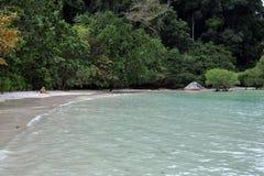 La chiara spiaggia dell'acqua in Tailandia Immagine Stock