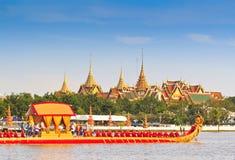 La chiatta decorata sfoggia dopo il grande palazzo a Chao Phraya River Immagine Stock