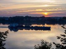 La chiatta galleggia sul fiume alba fotografia stock libera da diritti