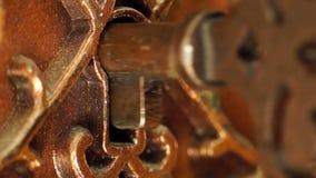 La chiave è inserita nel buco della serratura stock footage