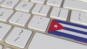 La chiave con la bandiera di Cuba sulla tastiera di computer commuta alla chiave con la bandiera della Francia, della traduzione  illustrazione di stock