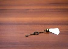 La chiave del ferro si trova sulla tavola Fotografie Stock