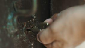 La chiave della persona apre la serratura stock footage