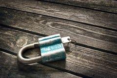 La chiave e fissa il fondo di legno Fotografia Stock