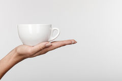 La chica joven alegre está bebiendo té caliente Fotos de archivo libres de regalías