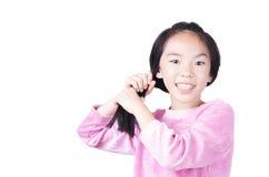 La chica joven ase su pelo Foto de archivo libre de regalías