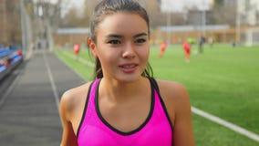 La chica joven asi?tica atl?tica est? corriendo en estadio Aptitud, concepto de los deportes metrajes