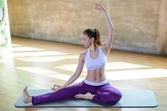 La chica joven atlética hermosa hace práctica de la yoga interior, relaja tiempo fotos de archivo