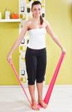 La chica joven behooves ejercicio de la gimnasia con el rubb Fotografía de archivo